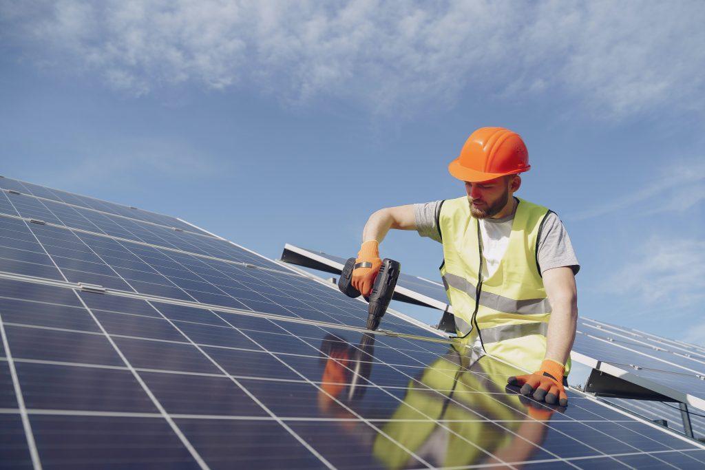 Imagen de una persona trabajando con paneles solares